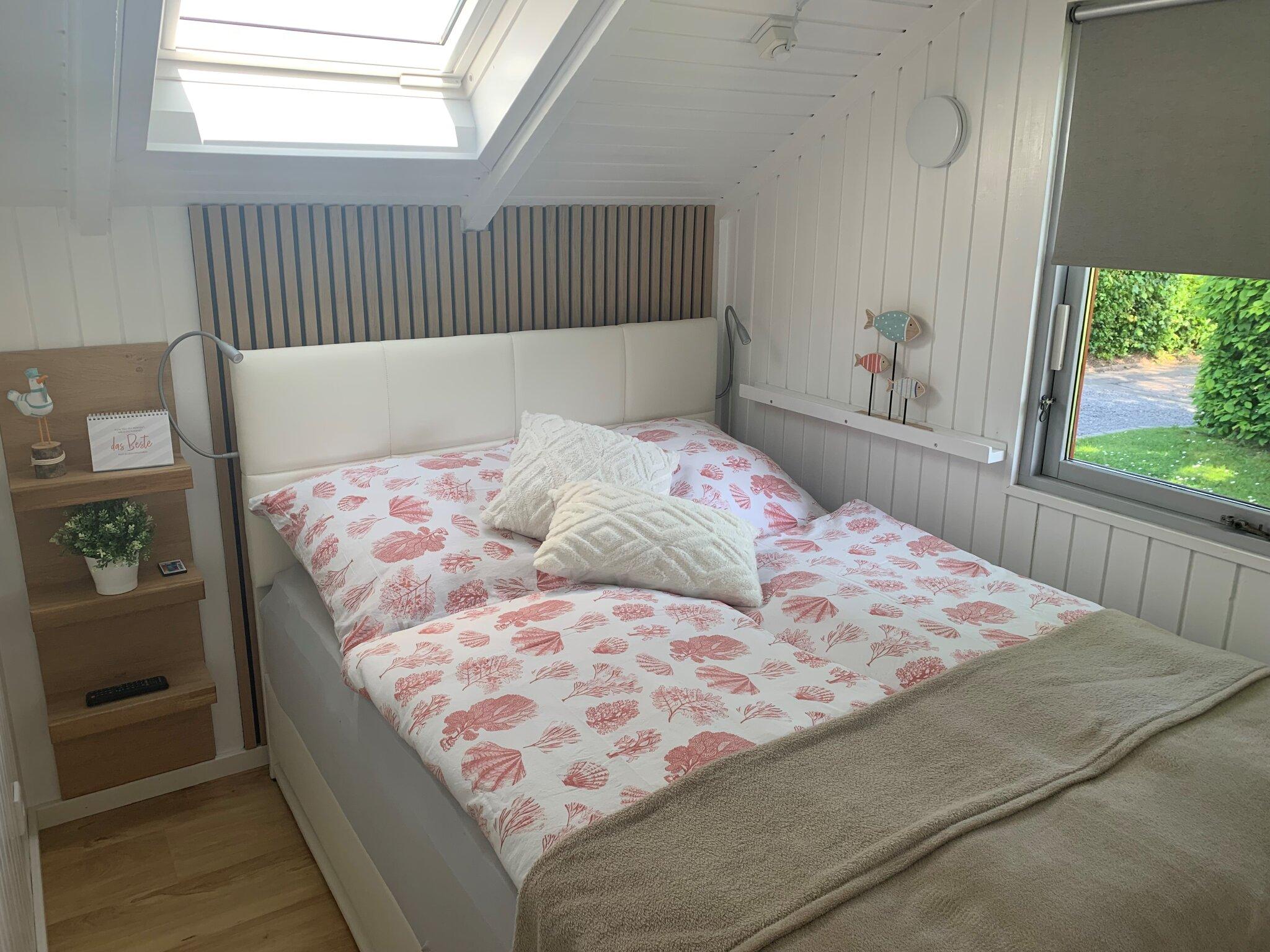 Schlafzimmer mit franz. Bett & Schrank.
