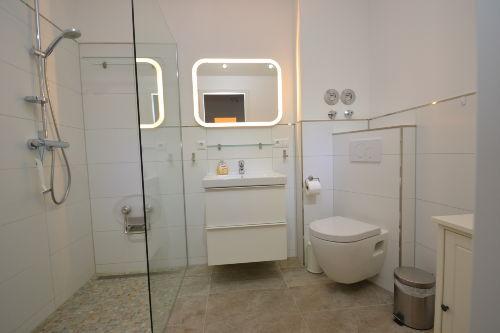 Hochwertig ausgestattetes Duschbad
