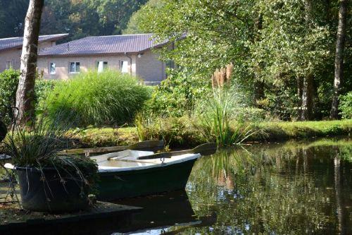 Blick vom Teich auf das Ferienhaus