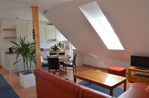 Offener Wohnbereich mit Sitz und Essecke
