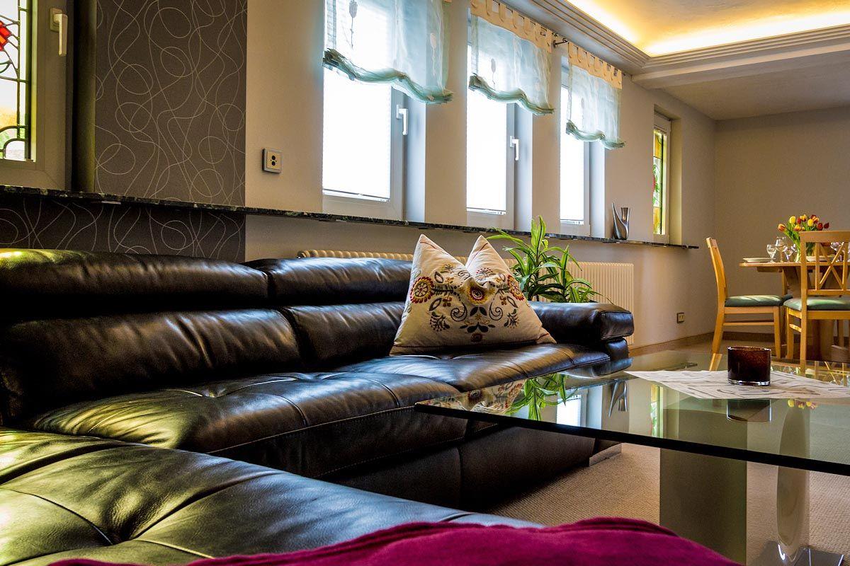Sitzecke im Wohnzimmer mit Treppe