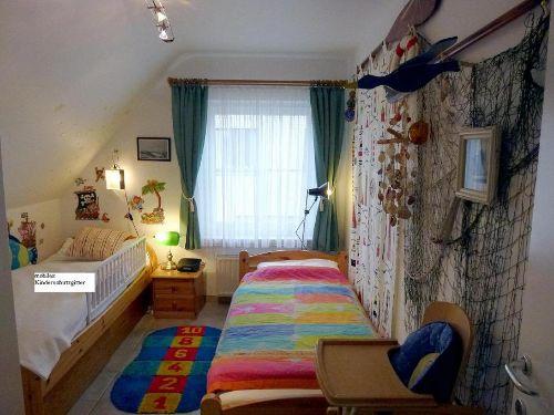 Bett mit Kinderschutzgitter