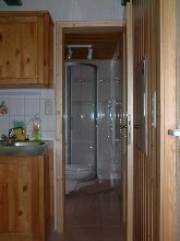 Blick in Dusche und Toilette