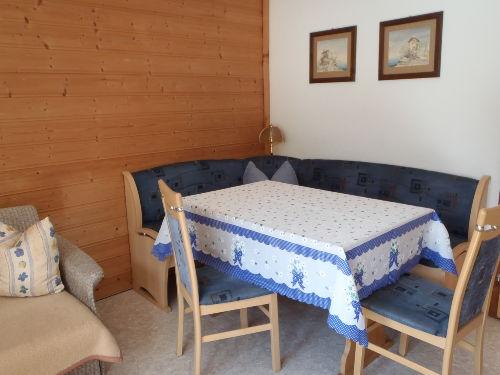 Schlafzimmer mit Balkon und Waschbecken