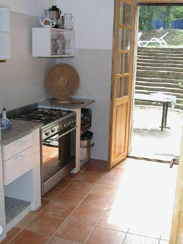 Die Küche mit dem Ausgang in den Park
