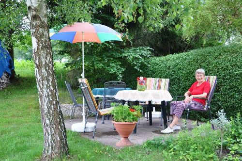 Garten mit Terrasse und Gartenmöbeln