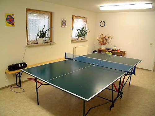 Freizeitraum mit Tischtennisplatte