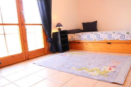 Schlafzimmer mit Unterziehbett
