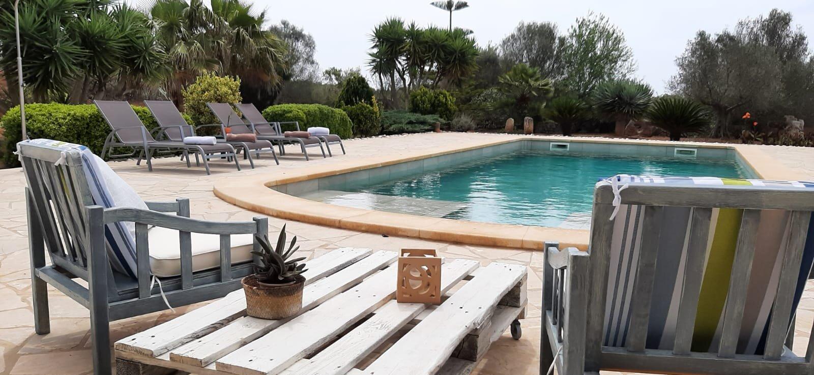 Ansicht des Hauses mit Terrasse & Pool