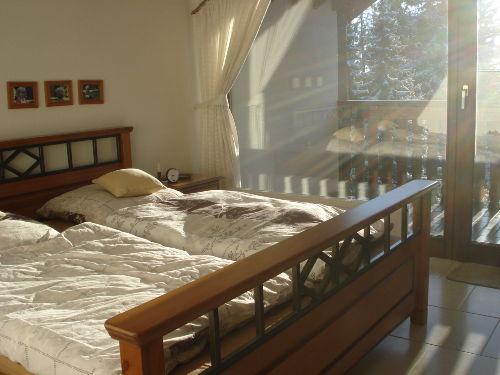 große Fenster im hellen Schlafzimmer