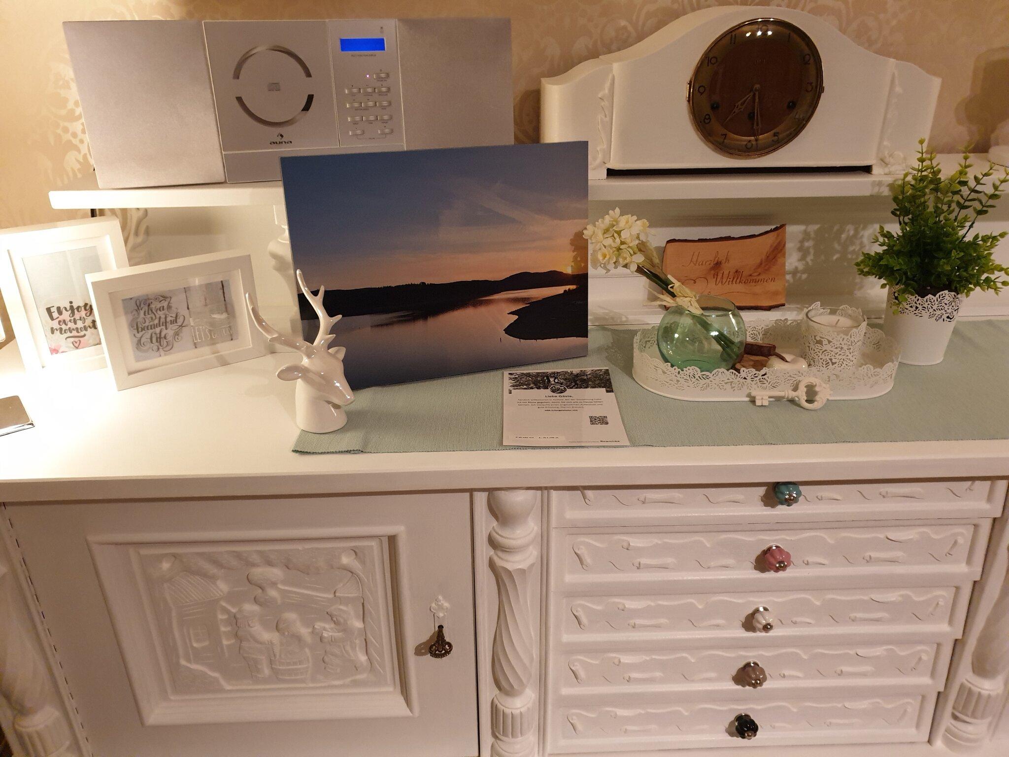 helles Wohnzimmer mit Flat-TV
