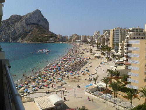 Ausblick auf den Strand im Sommer