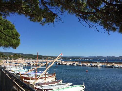 Der kleine Hafen, Strand im Hintergrund