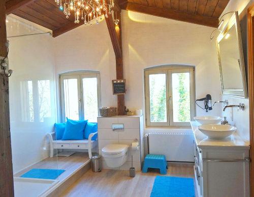 Großes Bad mit breiter Dusche & Sauna