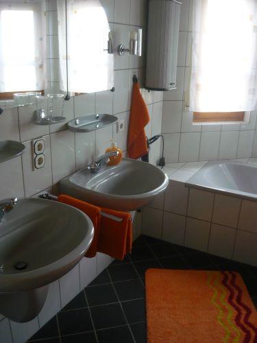 Badezimmer mit Badewanne...