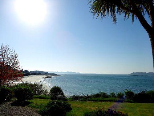 Blick vom Garten auf den Strand