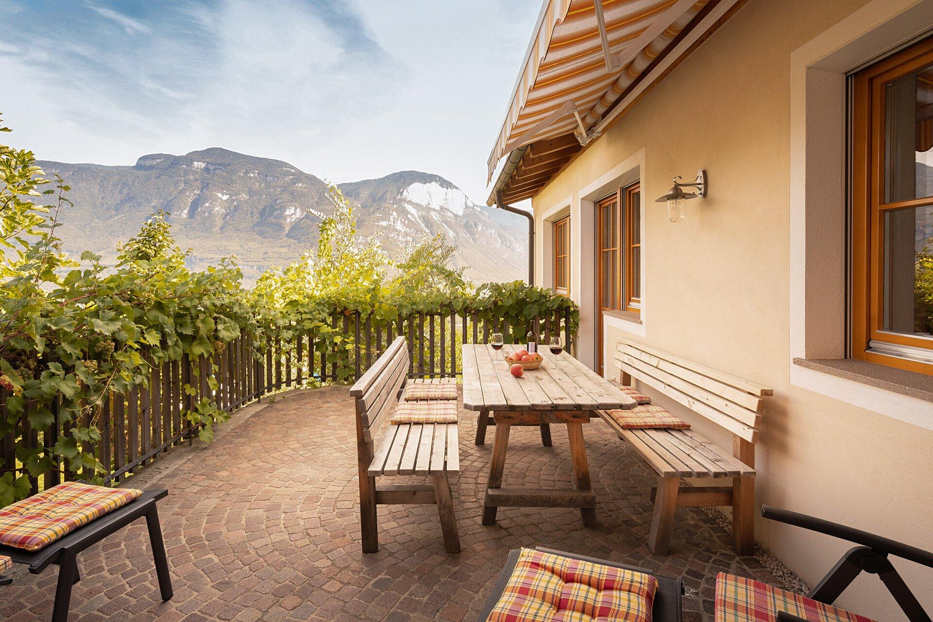 Tiroler Brettljause auf der Terrasse