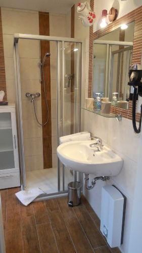 neues modernes Badezimmer mit Dusche