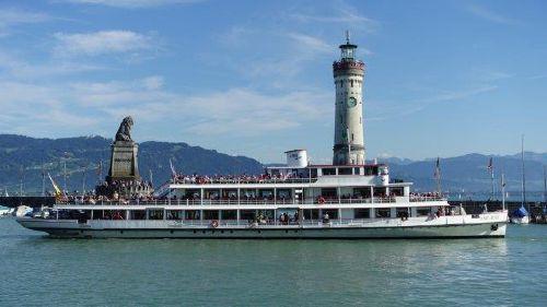 Hafeneinfahrt mit Löwe und Leuchtturm
