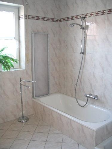 Bad mit Badewanne, Dusche und WC