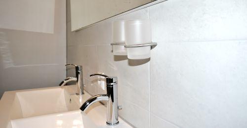 ein doppeltes Waschbecken im Badezimmer
