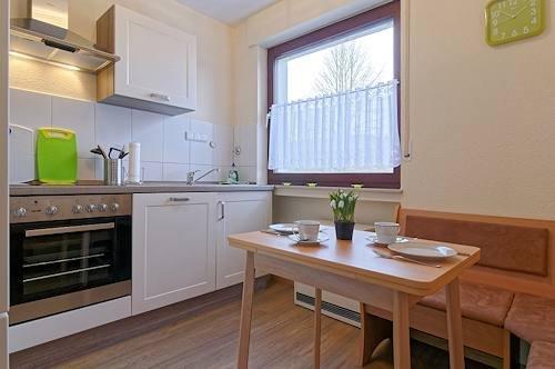 Küche mit Eckbank u. Tisch