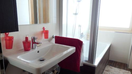 Bad mit Badewanne/Dusche/Waschbecken