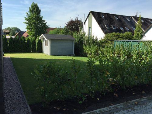 großer, grüner Garten mit Häuschen!