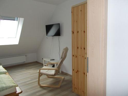 gro�es Schlafzimmer mit TV