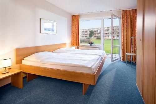 offener Schlafbereich mit Ehebett