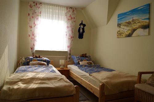 Gitterbettchen im kleinen Schlafzimmer