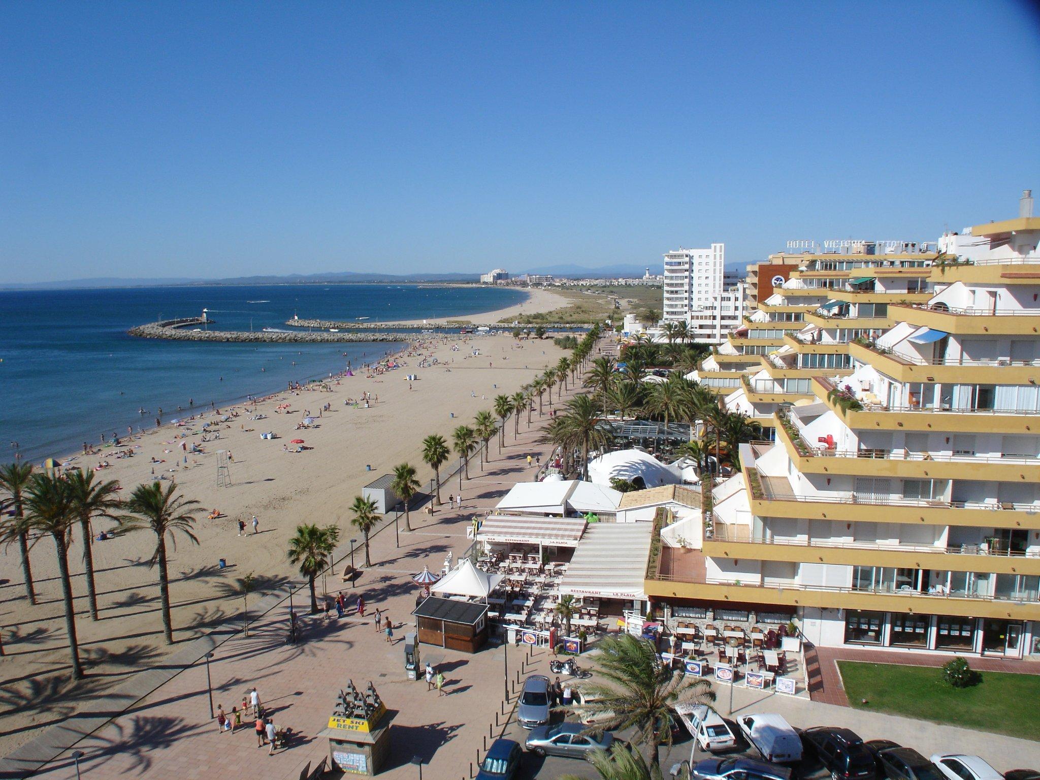 Strand, Promenade; dahinter Naturstrand