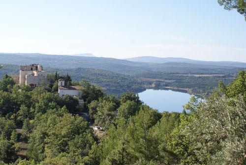 Dorfkirche und Lac de Montpezat