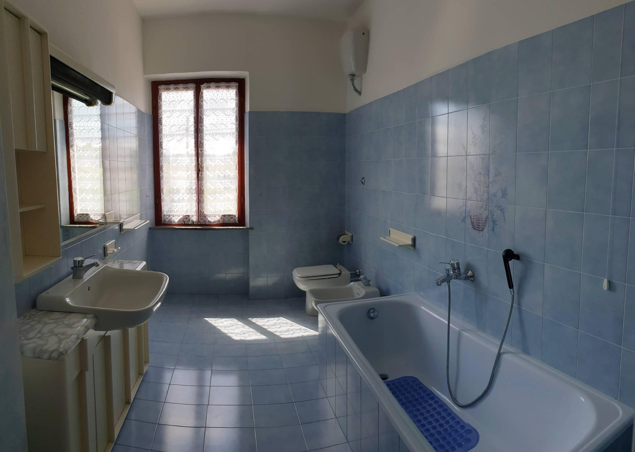 Bad mit WC, Bidet, Wanne oder Dusche