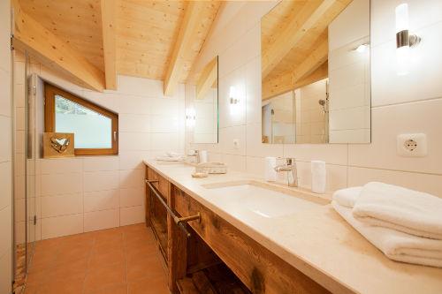 Bad mit zwei Waschbecken und Dusche
