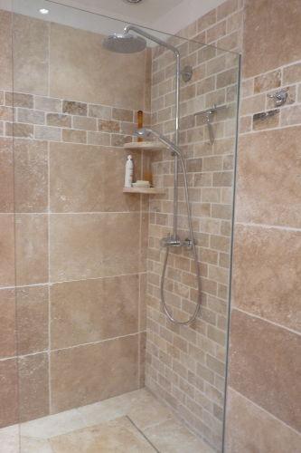 Bad unten mit bodengleicher Dusche