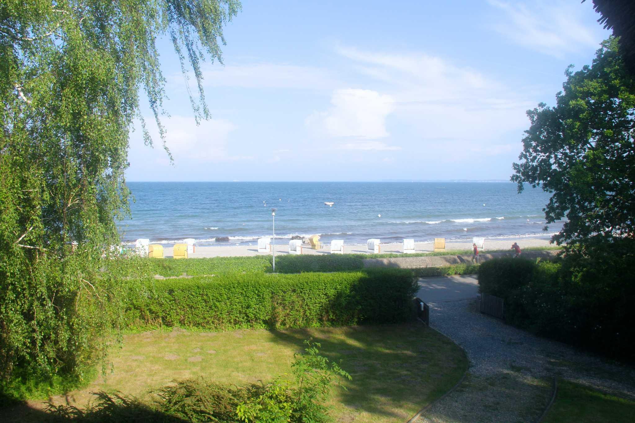Blick vom Haus �bern Garten zum Strand