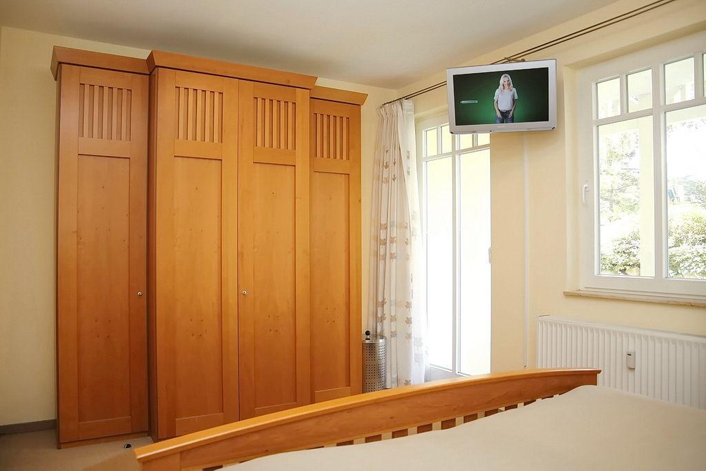 geräumigen Kleiderschrank sowie LCD-TV