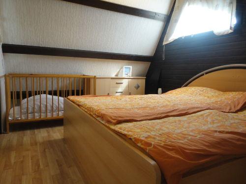 oberes Schlafzimmer mit Kinderbett