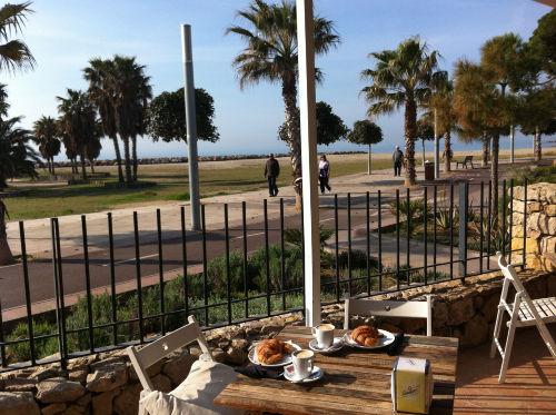 Café, Promenade und Palmenstrand
