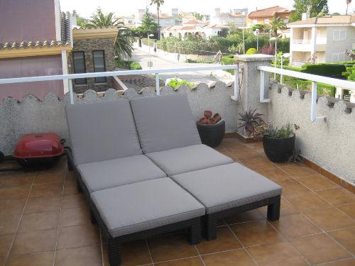 Relaxliegen neben Lounge, Ostterrasse