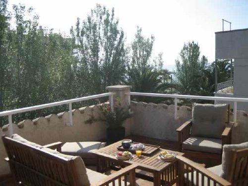 Geschützte Terrassenlounge über dem Meer