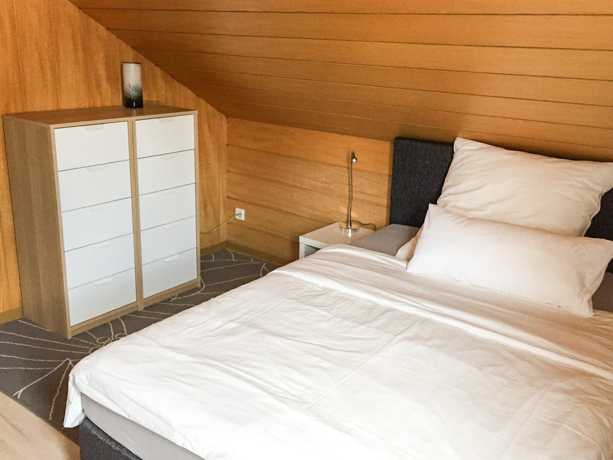 Schlafzimmer mit Einzelbett u.Schlafsofa