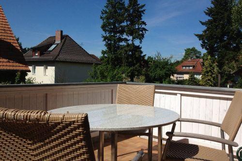 Balkon Steintisch, 4 Stühle + 1 Sessel