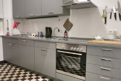 Küche mit Induktionsherd, Waschmaschine