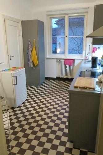 Küchenansicht mit Fenster; Kühlschrank
