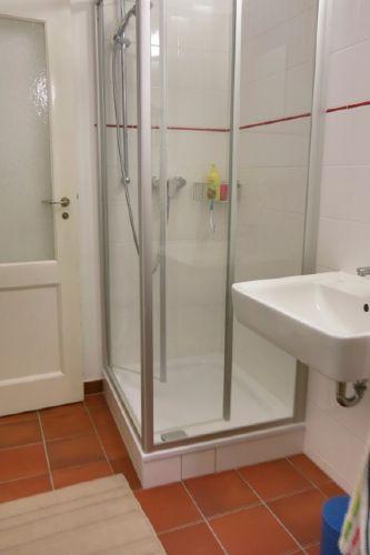 Bad mit Dusche und Waschbecken und WC