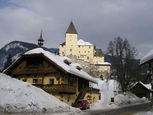 Idyllischer Ortskern mit Burg