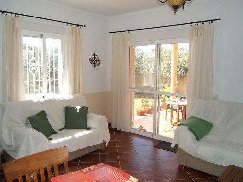 Wohnzimme mit Zugang zur Terasse