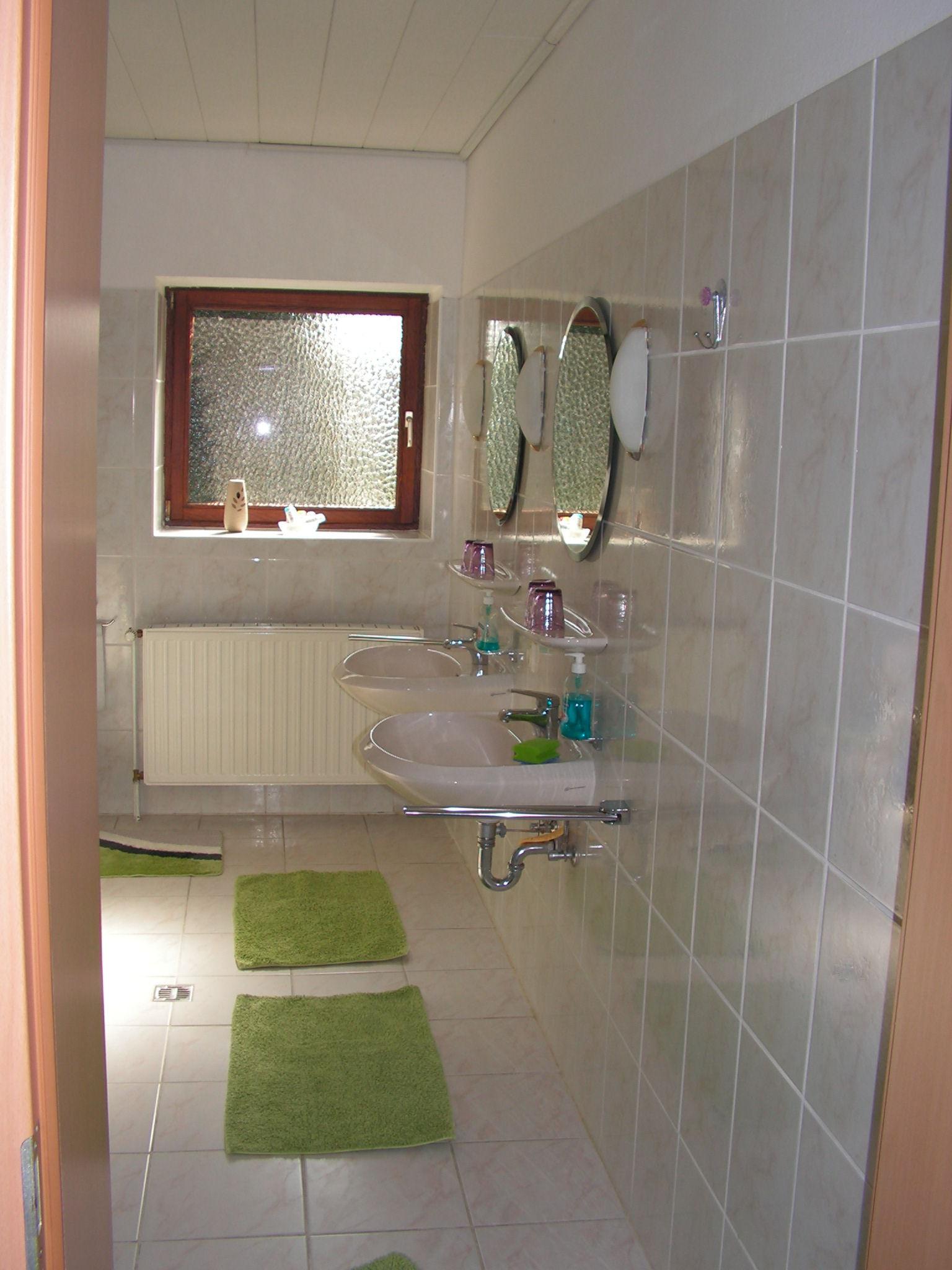 Bad 1 mit Doppelwaschbecken und Dusche